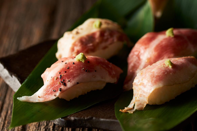 厳選された醤油で味わう肉寿司
